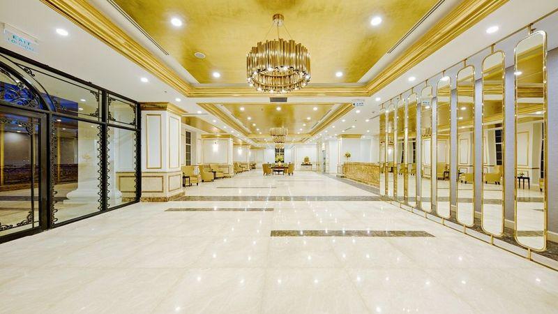Sảnh lễ tân rộng lớn được dát vàng tạo cảm giác choáng ngợp khi khách vừa bước vào check in