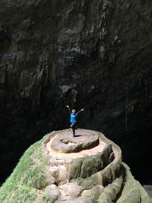 Hai chị em đã rất vất vả khi trèo qua những đoạn đá trơn để xuống hang.
