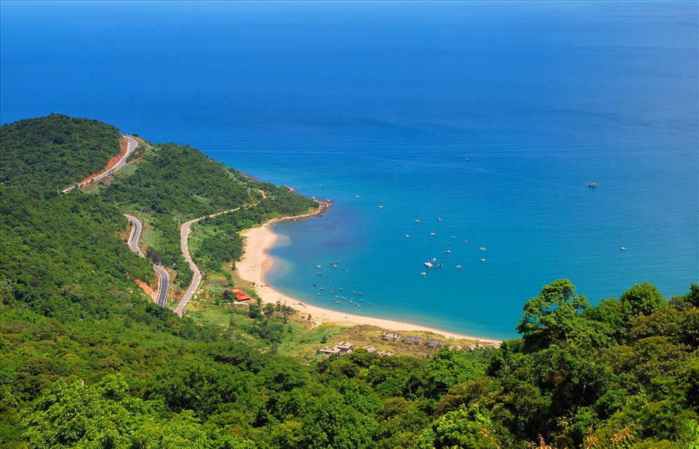 Con đường uốn lượn quanh bán đảo Sơn Trà