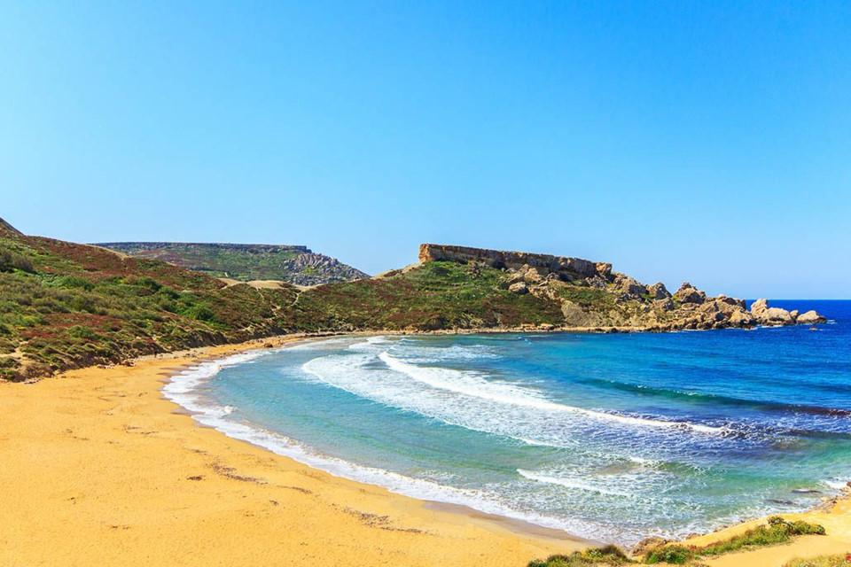 Malta có 12 bãi biển được Quỹ giáo dục môi trường (FEE) trao Blue Flag (một giải thưởng dành cho những bờ biển đáp ứng đầy đủ tiêu chuẩn nghiêm ngặt về chất lượng nước, sự an toàn và các dịch vụ liên quan). Thêm vào đó, ba bờ biển gồm Ghajin Tuffieha, Golden Bay và Ghadira Bay cũng đứng thứ hạng cao trong danh sách những điểm lướt sóng tuyệt vời.
