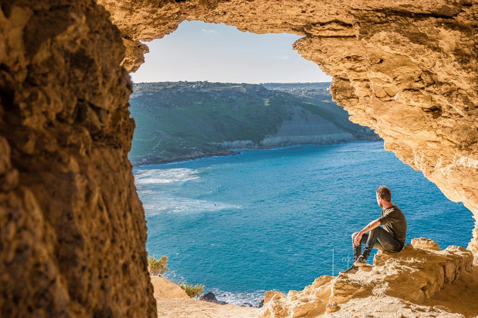 Với 200 km đường bờ biển, quốc đảo này có rất nhiều vịnh nhỏ trở thành điểm bơi ấn tượng. Những vịnh đáng ghé thăm có thể kể đến như Blue Lagoon trên đảo Comino, Ghar Lapsi ở phía đông nam Malta và Ghasri ở Gozo.