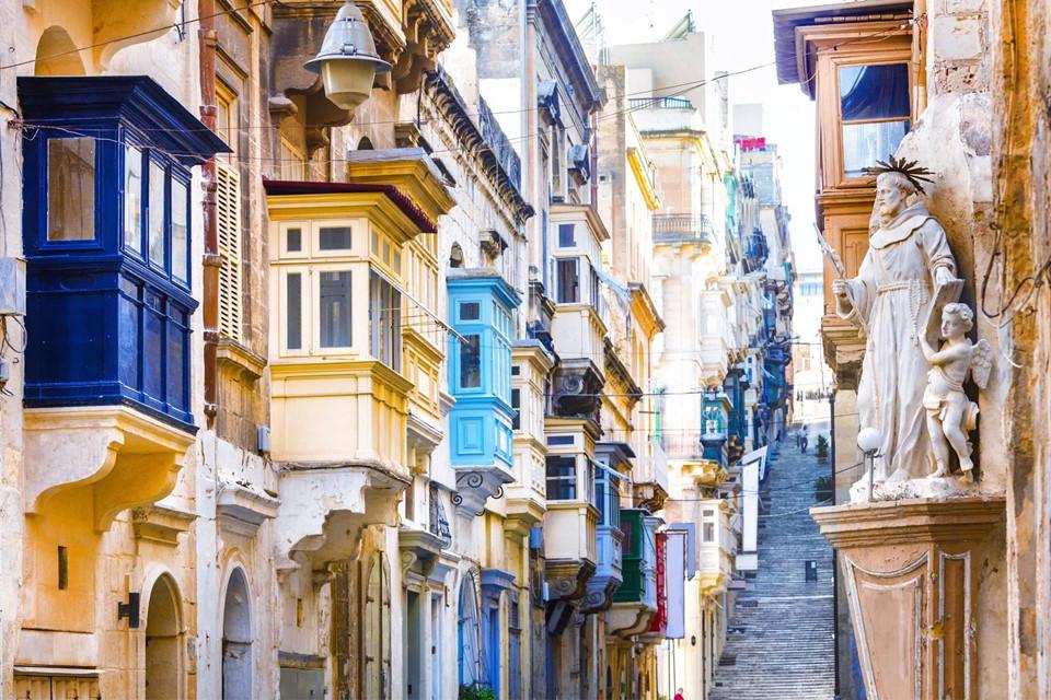 """Bên cạnh cảnh quan thiên nhiên ấn tượng, thủ đô Valletta của Malta còn được mệnh danh là """"bảo tàng ngoài trời"""" với rất nhiều đường phố, nhà thờ, pháo đài và chiến trường cổ xưa."""