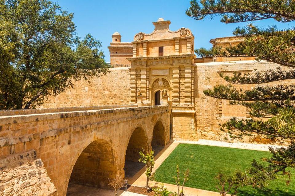 Nếu bạn yêu thích series phim Game of Thrones, bạn nên đến thăm Tu viện St Dominic, cổng Mdina, pháo đài Ricasoli, cung điện San Anton… Đây là những địa điểm tại Malta được nhà sản xuất bom tấn lấy cảm hứng làm bối cảnh phim.