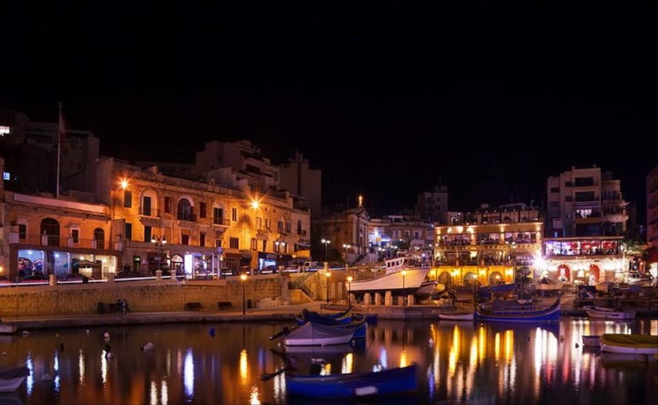 Các hoạt động về đêm ở Malta cũng rất đa dạng. St Julian và Paceville là nơi tuyệt vời để bạn thưởng thức một ly cocktail và ngắm cảnh đường phố. Trong khi Qawra có nhiều quán bar nhộn nhịp thì Sliema có hàng loạt nhà hàng sang trọng. Bạn cũng có thể ghé thăm quảng trưởng Bugibba sôi động với những hoạt động âm nhạc náo nhiệt.