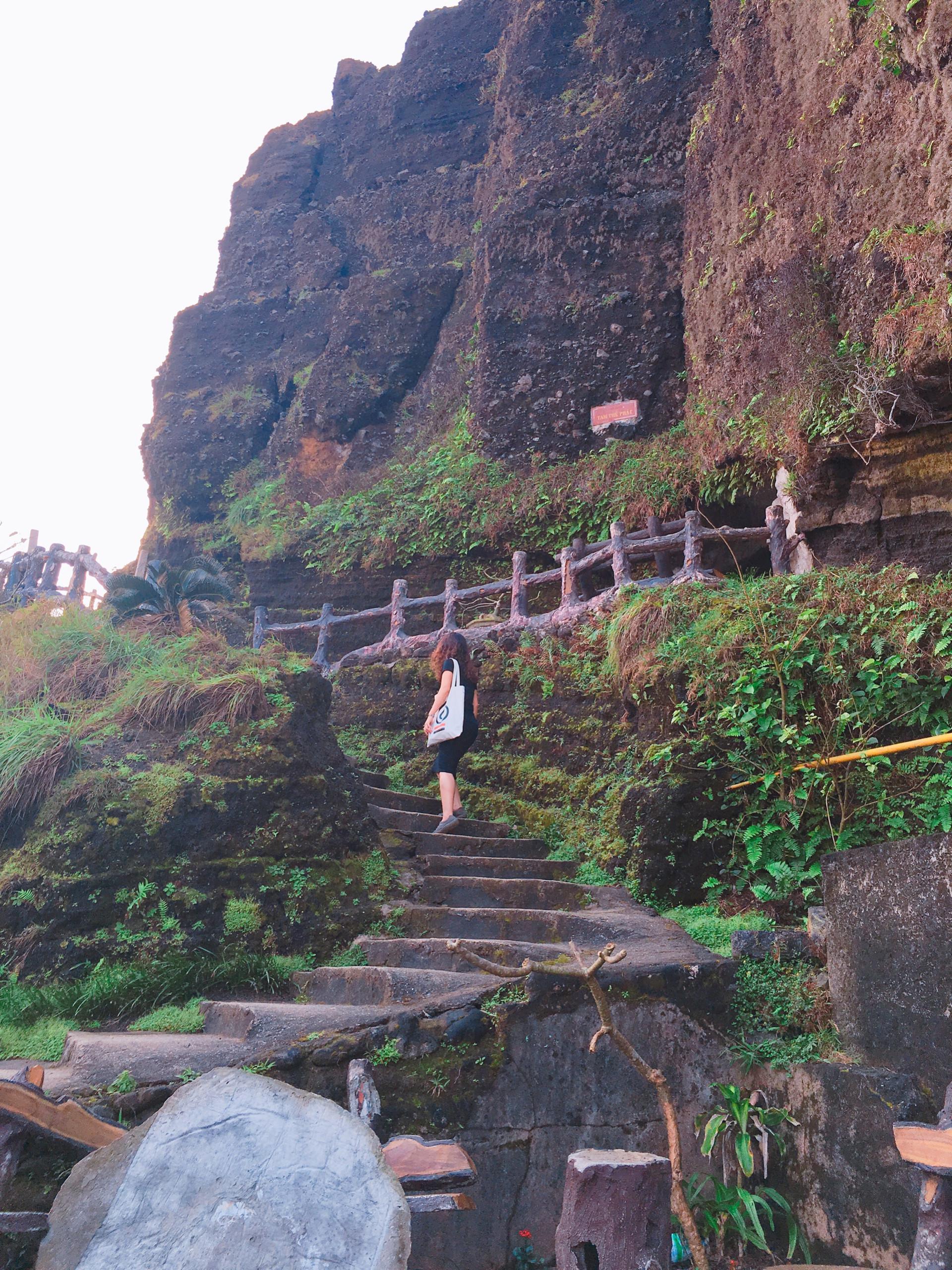 Bậc thang dẫn lên đỉnh núi Giếng Tiền.