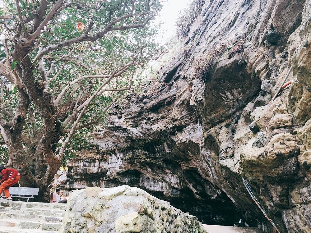 Cận cạnh khối đá khổng lồ bao phủ Chùa Hang.