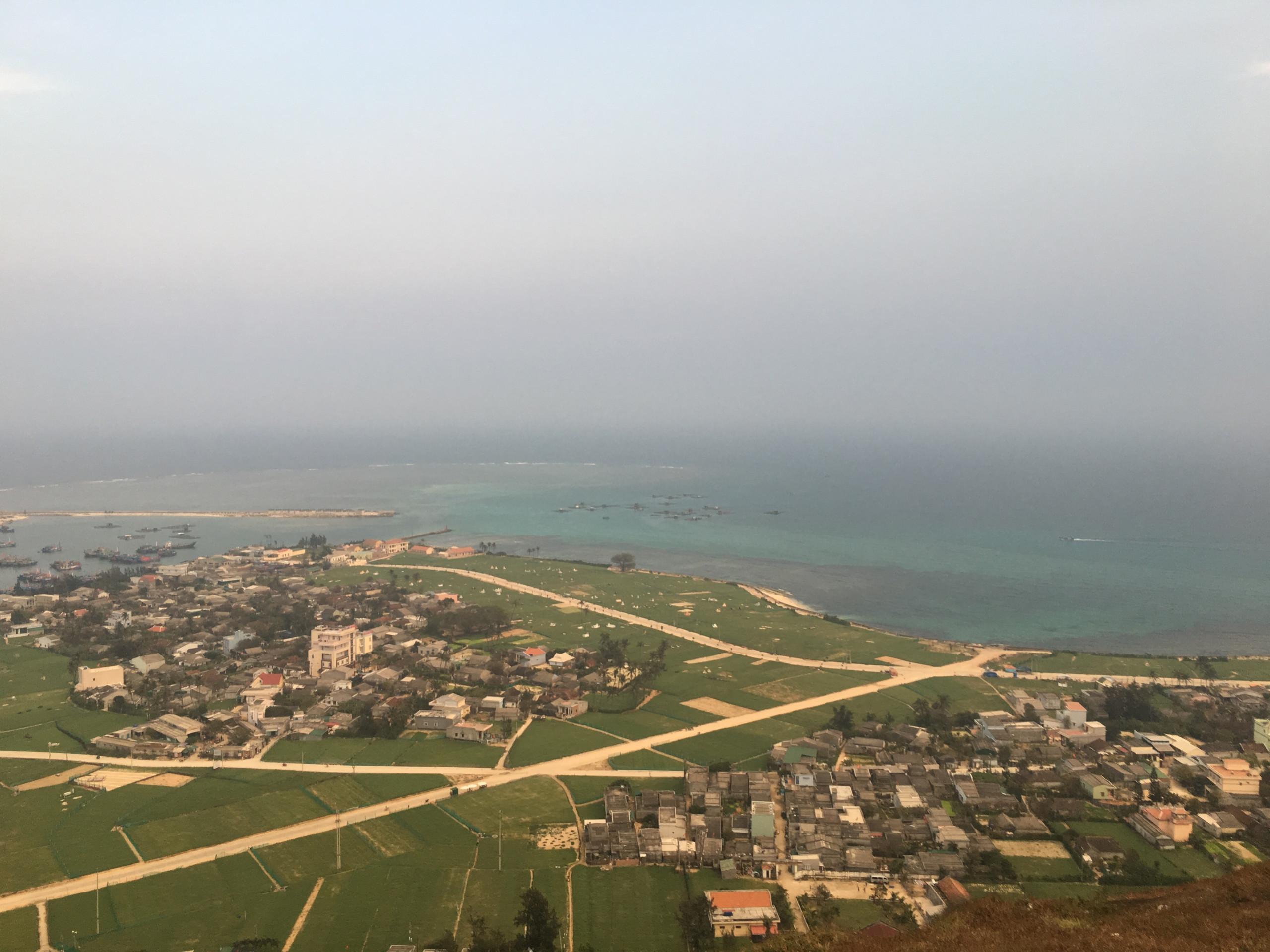 Khung cảnh huyện đảo Lý Sơn nhìn từ trên cao xuống.