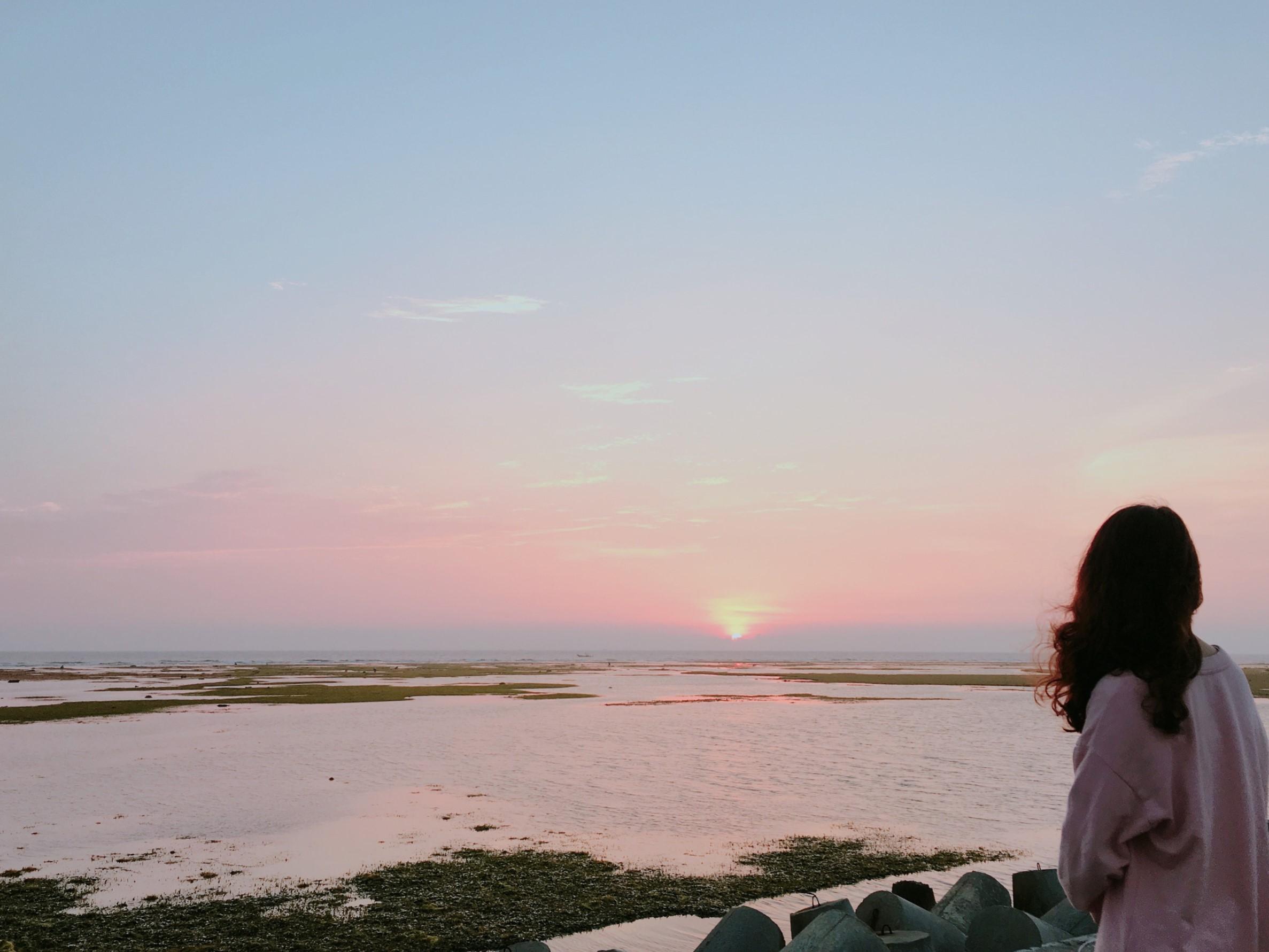 Bình yên ngắm mặt trời lên trên biển.