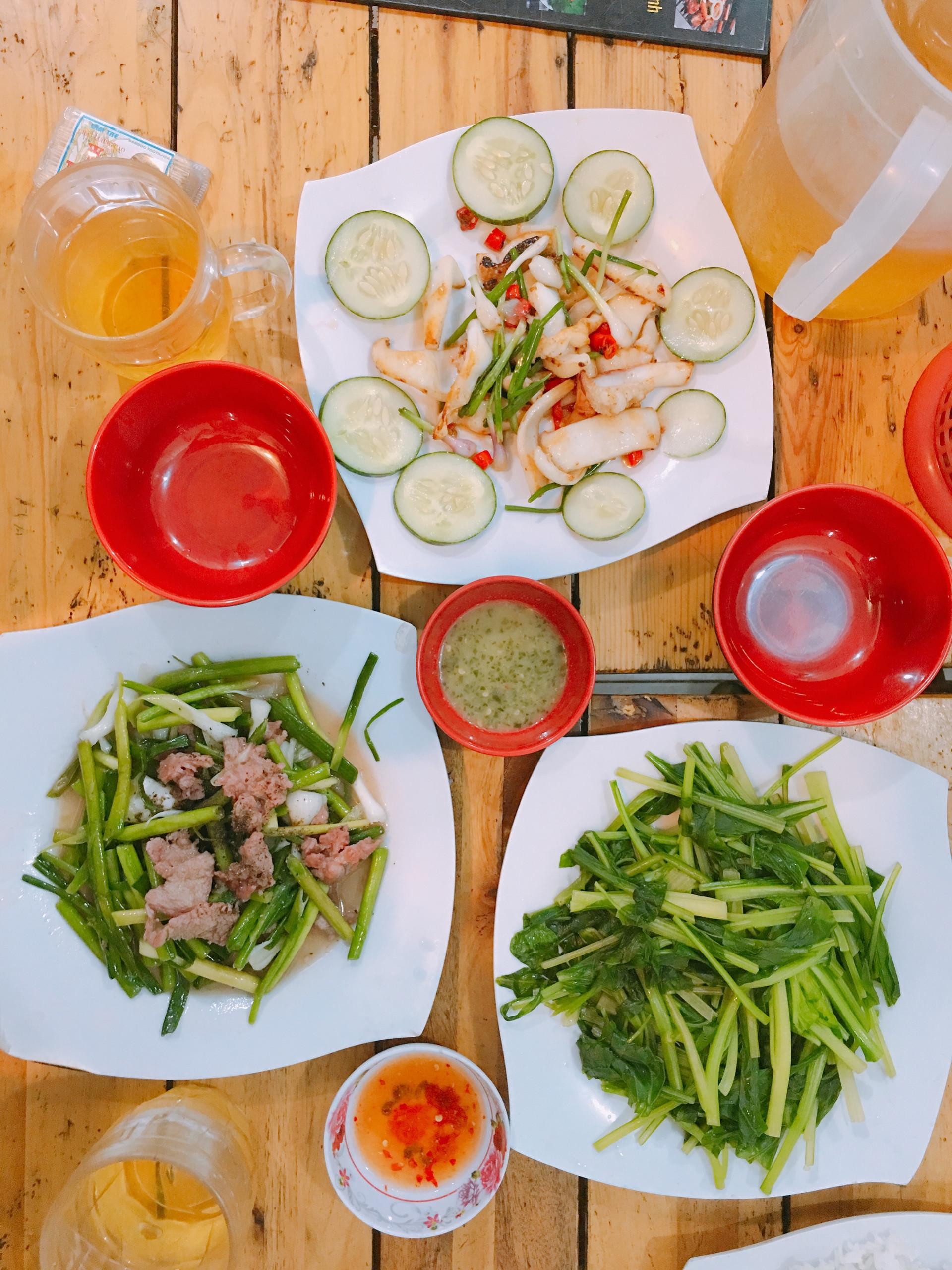 Bữa ăn đầy đủ với mực chiên, thịt bò xào rau tỏi, cải luộc với mù tạt.