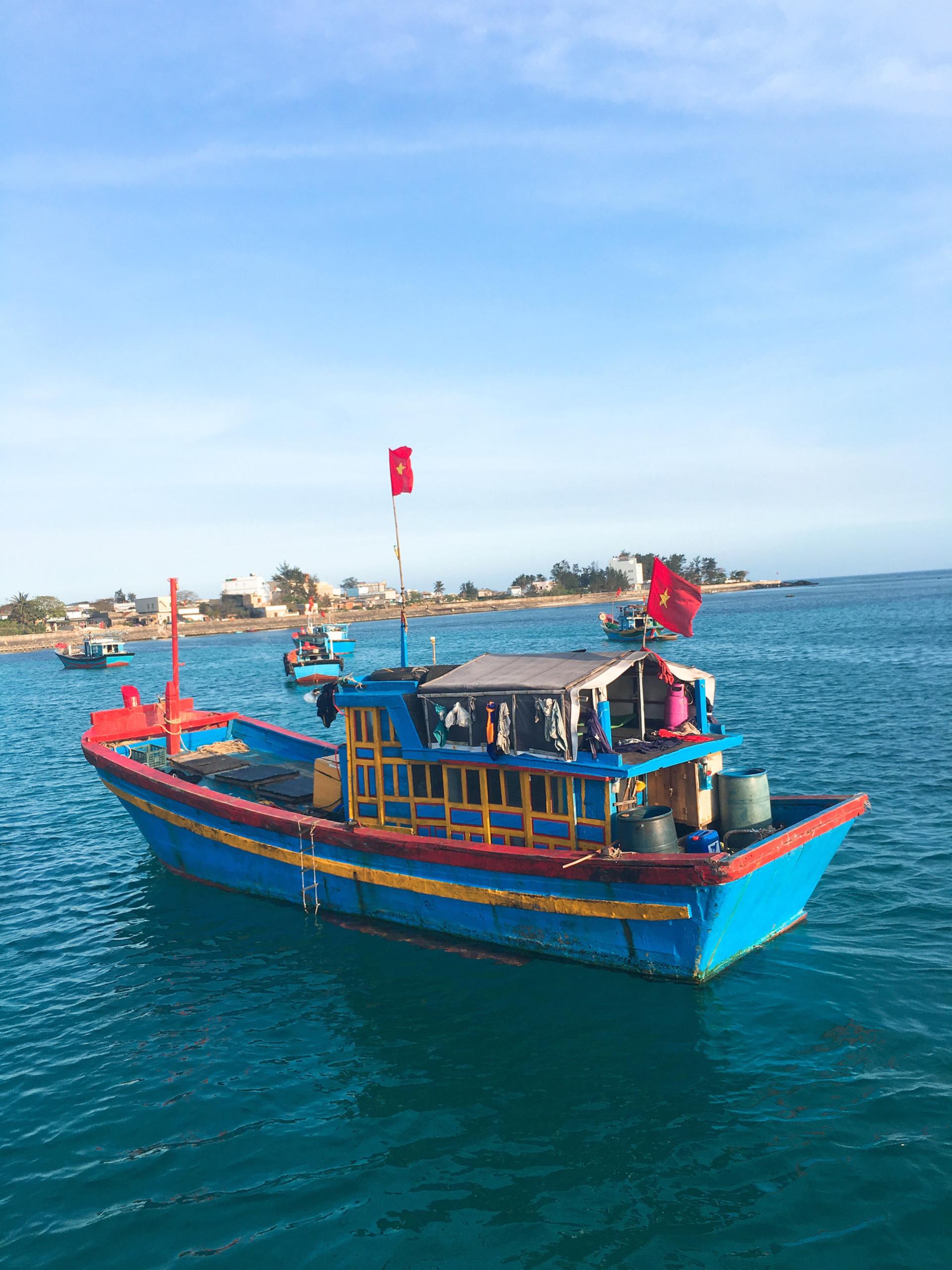 Một chiếc tàu gỗ của ngư dân làng chài.