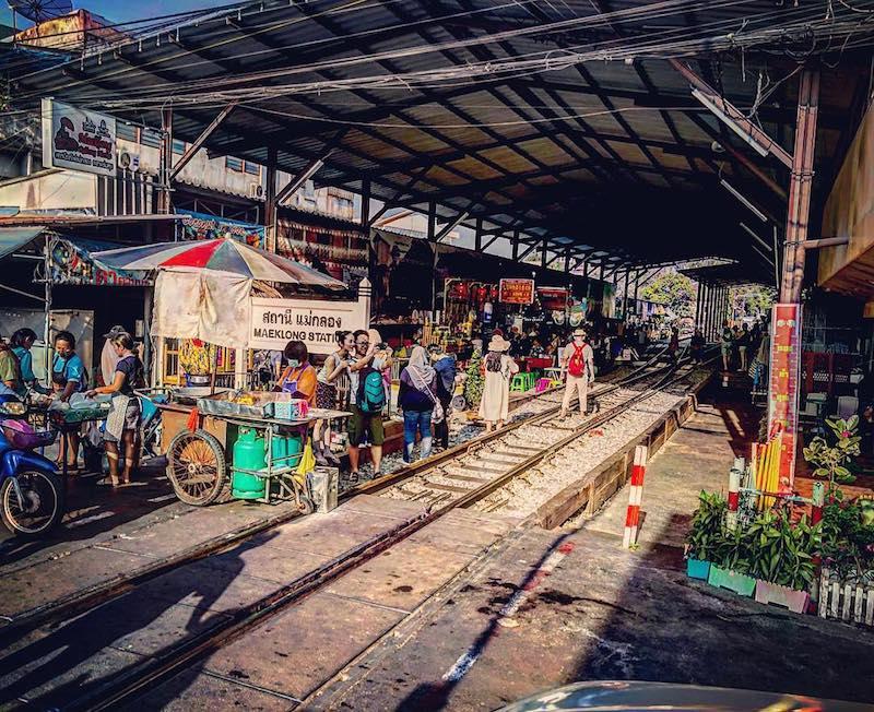 Cổng vào khu chợ Maeklong