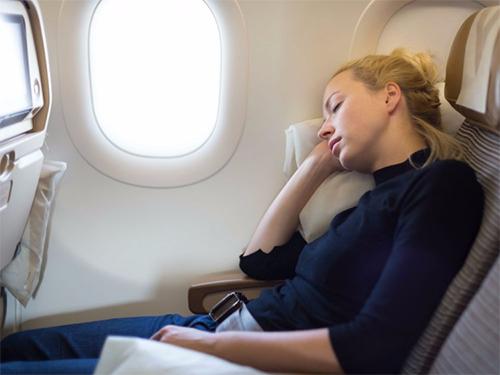 Ghế ngồi hạng phổ thông thường hạn chế về không gian. Ảnh: Giphy.