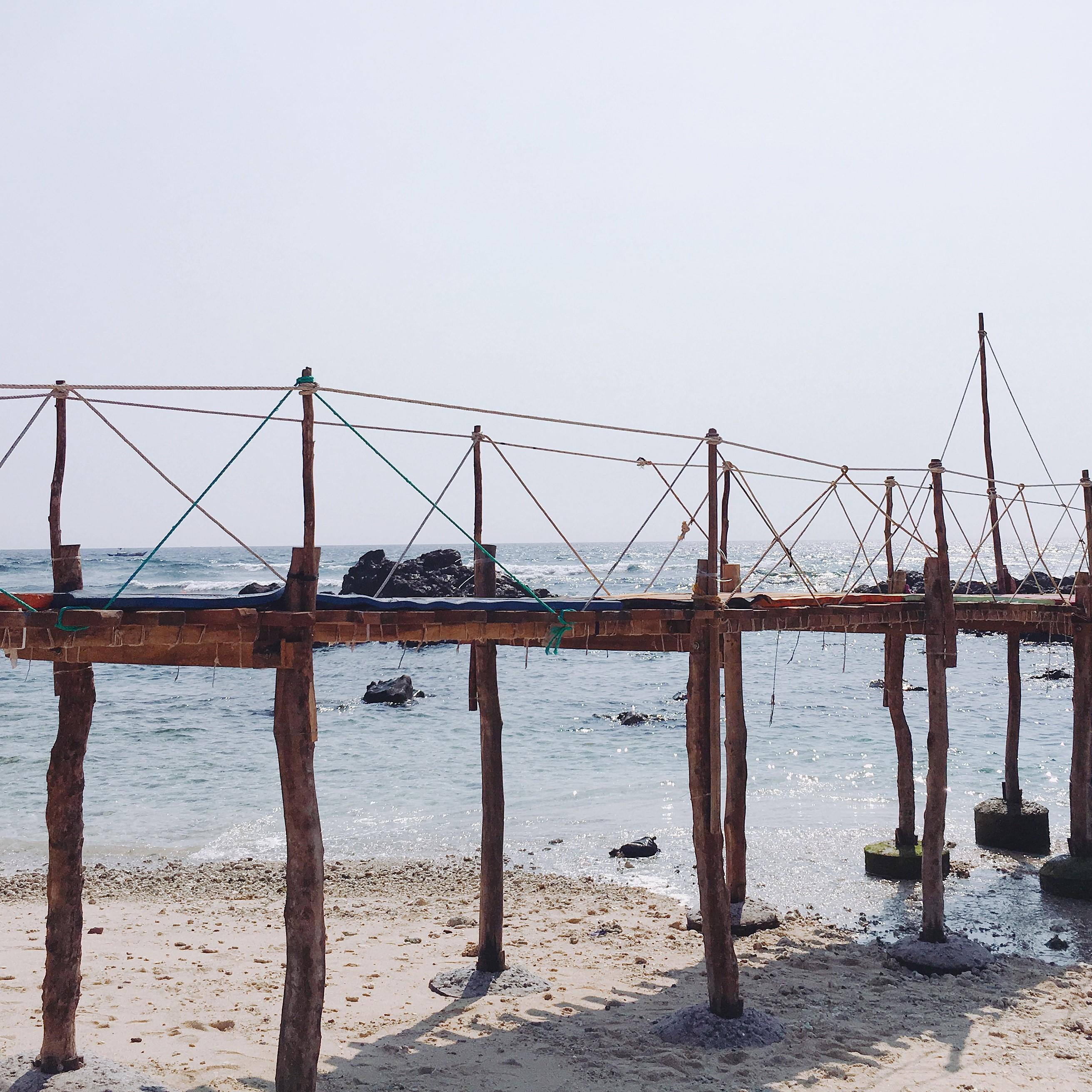 Cây cầu gỗ dẫn ra khu đá trên biển