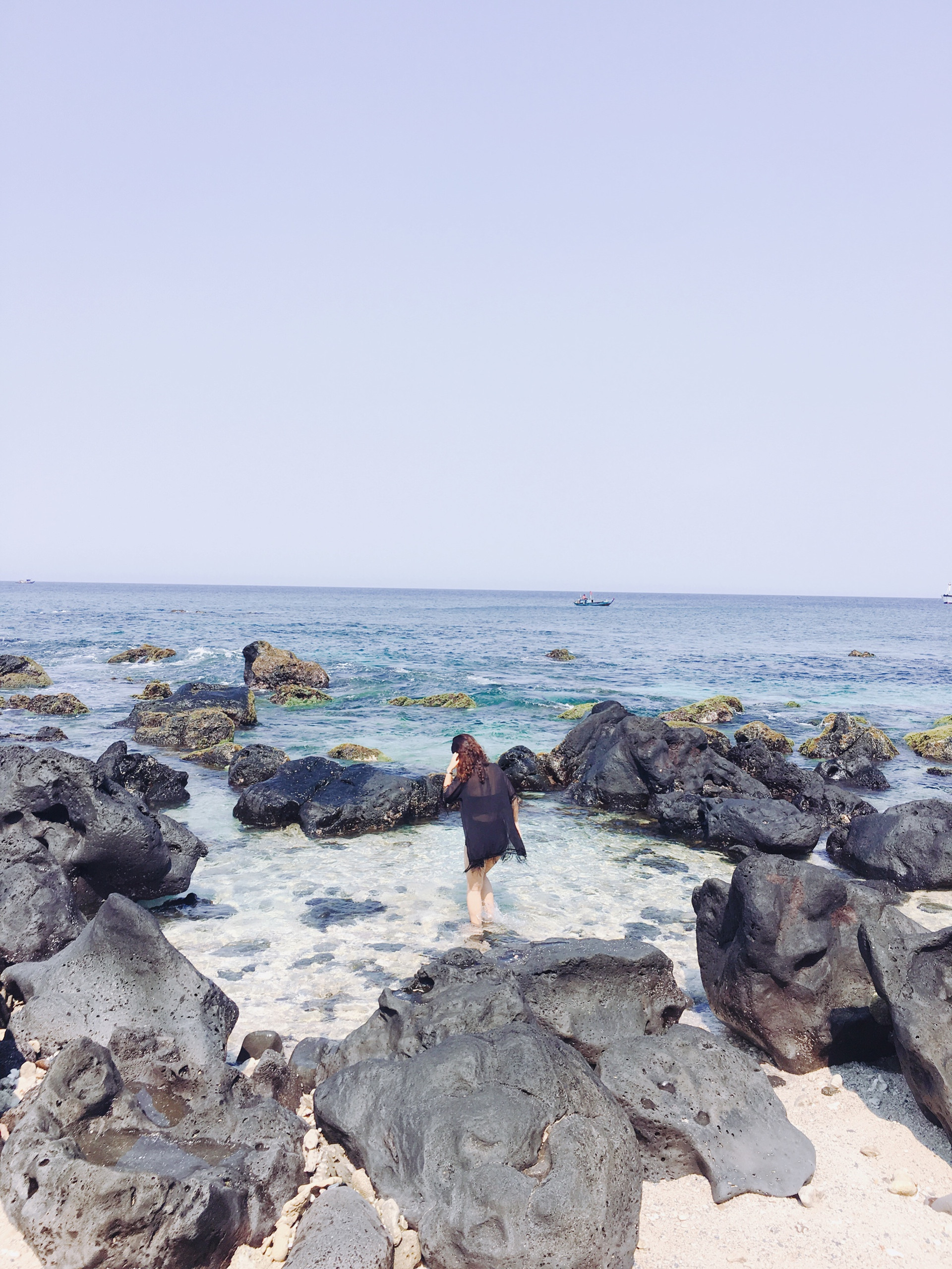 Nước biển trong veo được bao quanh bởi các mỏm đá