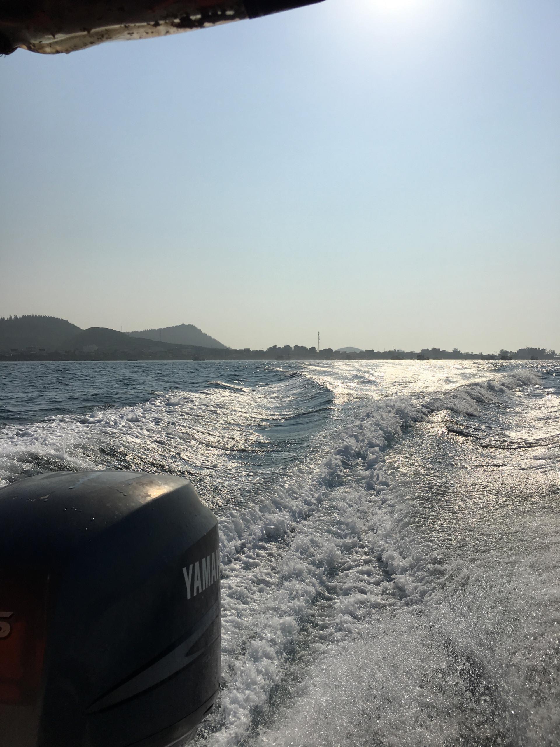 Cano lướt nhanh rẽ đôi mặt biển