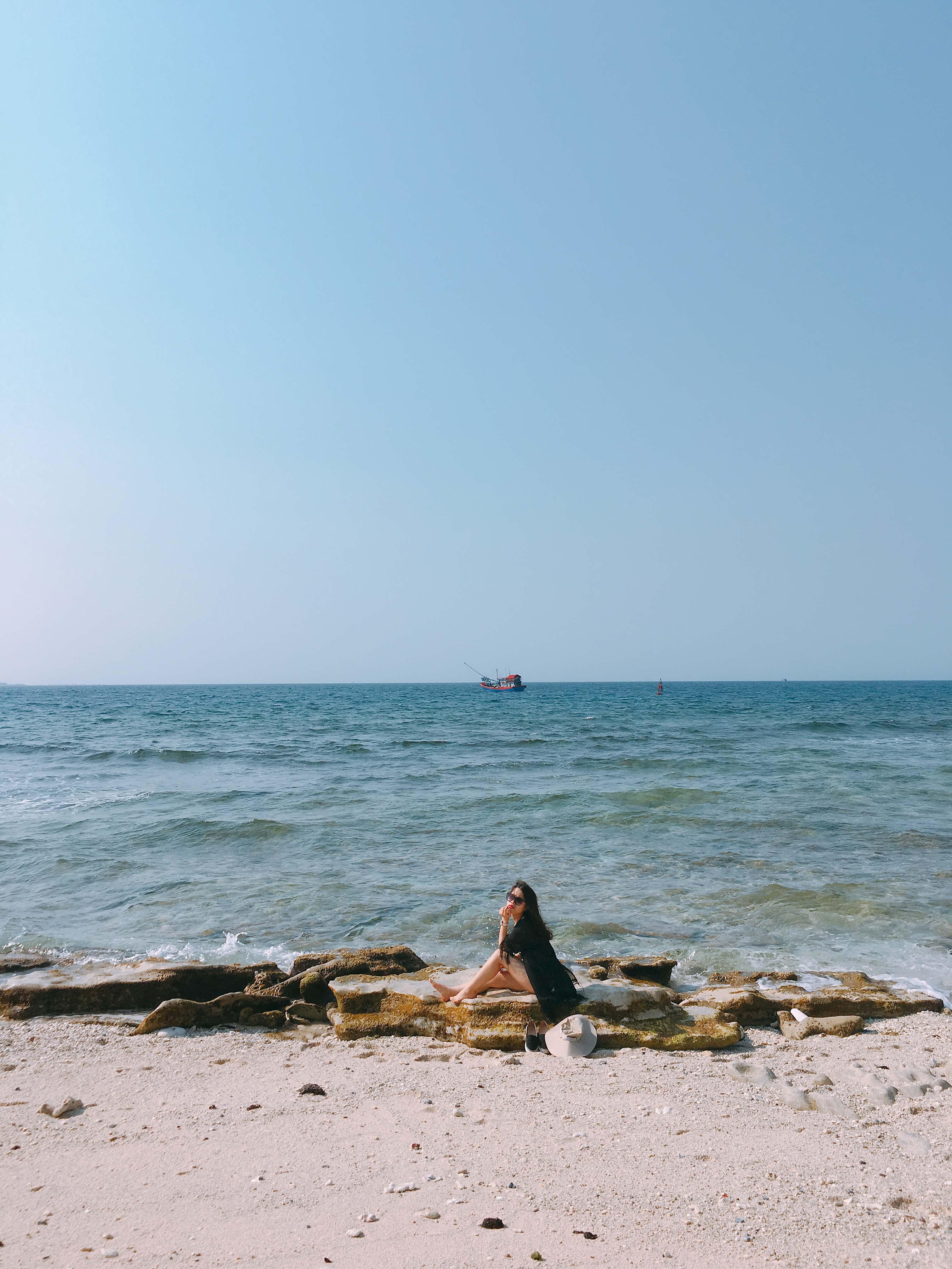 Biển xanh, cát trắng, nắng vàng và Sen
