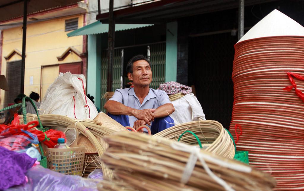 Chợ nón làng Chuông ồn ào, náo nhiệt rồi nhanh chóng tan sau hơn 3 tiếng. 6 phiên chợ một tháng, 72 phiên một năm, nghề làm nón truyền thống của làng vẫn cứ thế duy trì và nổi tiếng khắp trong, ngoài nước. Nếu một sớm thức giấc muốn tận hưởng không khí náo nhiệt của chợ quê, chợ nón làng Chuông sẽ là gợi ý đáng tham khảo cho nhiều du khách.