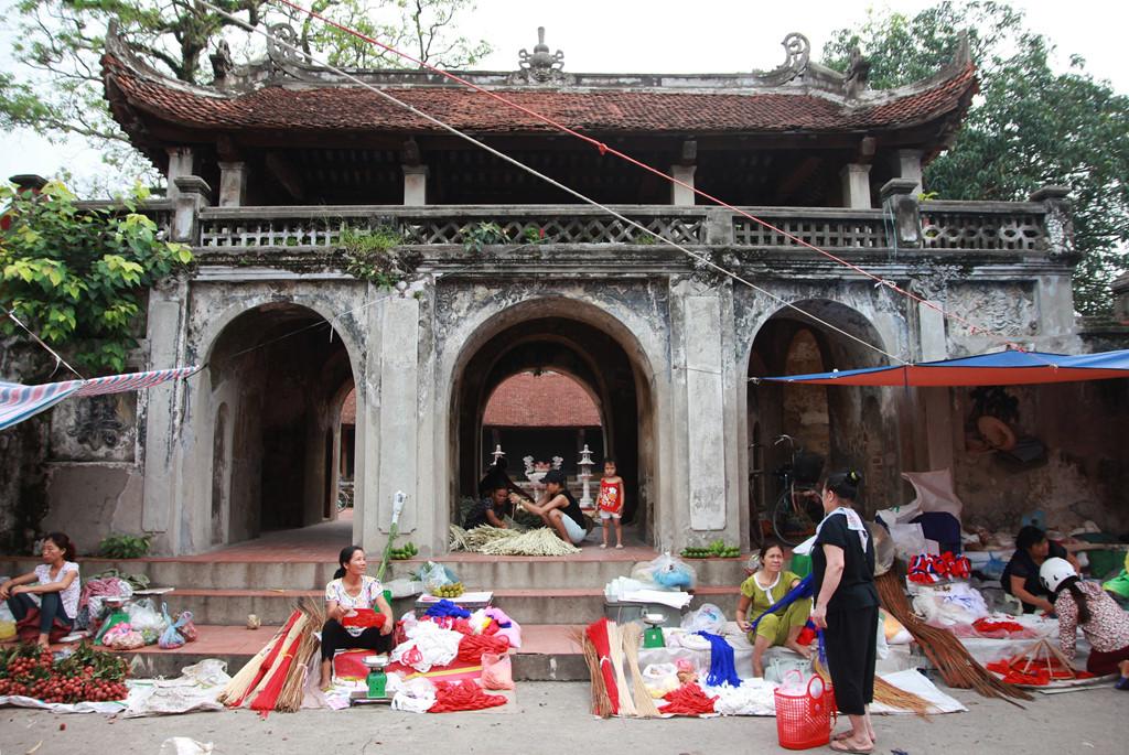 Nón lá làng Chuông nổi tiếng cả nước bởi độ bền, chắc và đẹp. Ngôi làng sản sinh ra sản phẩm thủ công giàu truyền thống này nằm tại huyện Thanh Oanh, Hà Nội. Từ ngã ba Ba La (Hà Đông, Hà Nội), du khách chạy xe khoảng 15 km là tới.