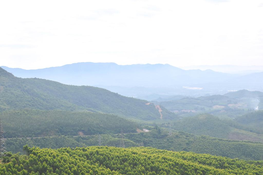 Cảnh vật nhìn từ đèo An Khê.