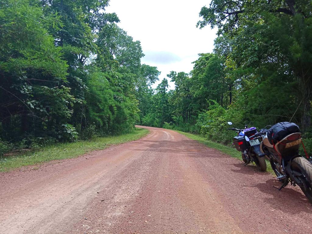 Tuy nhiên, sau đoạn đường nhựa, con đường bây giờ là đất đỏ pha sỏi như thế này buộc chúng tôi phải chạy xe hết sức cẩn thận.