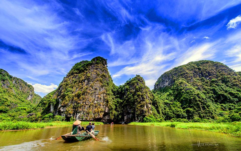 """Tam Cốc nằm trong quần thể danh thắng Tràng An nổi tiếng tỉnh Ninh Bình. Được biết đến với những cái tên như """"vịnh Hạ Long trên cạn"""" hay """"Nam thiên đệ nhị động"""". Đây là một trong những khu du lịch trọng điểm quốc gia. Ảnh: Le Hong Ha."""