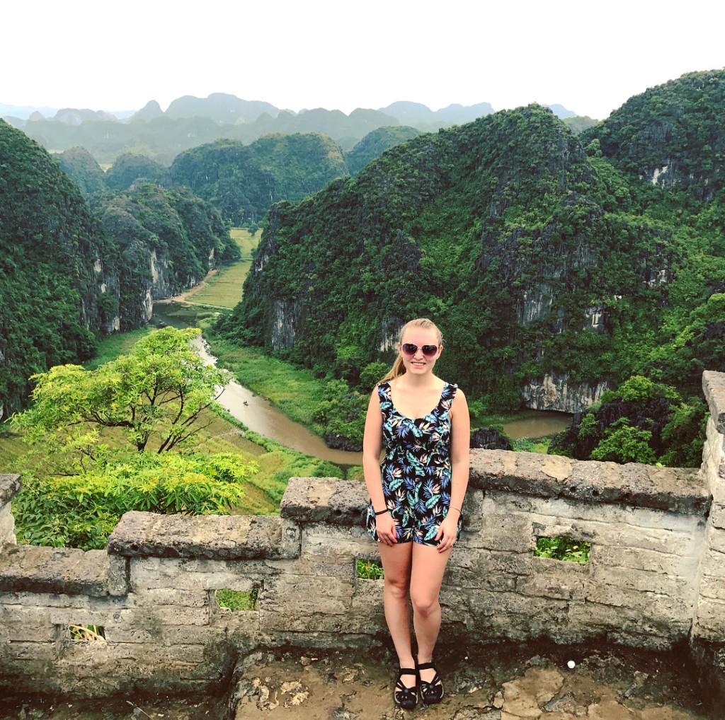 """Du khách lưu lại thành quả leo núi của mình bằng những bức hình thật đẹp ở Hang Múa. Chủ nhân tài khoản @iceaiste chia sẻ trên trang cá nhân: """"Tôi không đếm được bao nhiêu bước để đến đây, núi cao, trời nóng nhưng đáng giá lắm""""."""