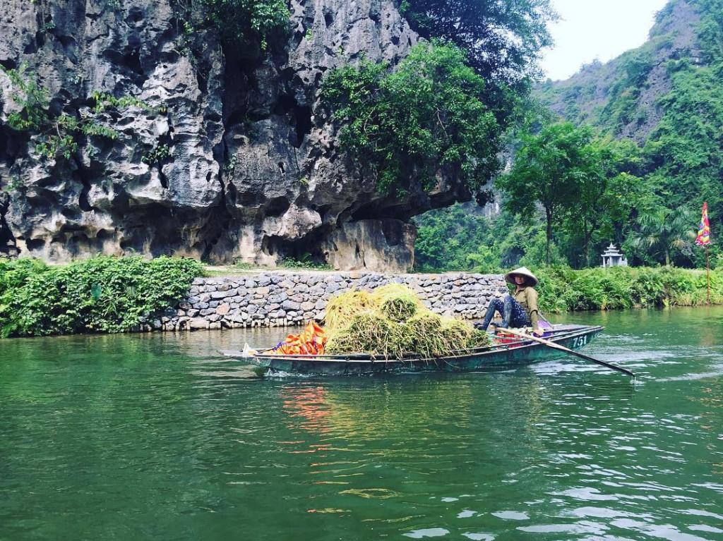 Những người nông dân Việt lọt vào ống kính máy ảnh của khách Tây trông đầy rạng rỡ trong ngày thu hoạch. Cùng những con thuyền đầy ắp thành quả lao động nhẹ nhàng lướt trên dòng sông Ngô Đồng.