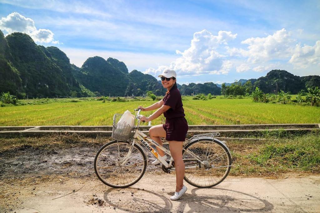 Không chỉ khách Việt, Tam Cốc còn là điểm đến thu hút rất nhiều du khách nước ngoài tới khám phá và trải nghiệm. Xe đạp là phương tiện giao thông được du khách ưa chuộng nhất để có thể thoải mái vi vu ngắm cảnh trên con đường đất của cánh đồng quê.