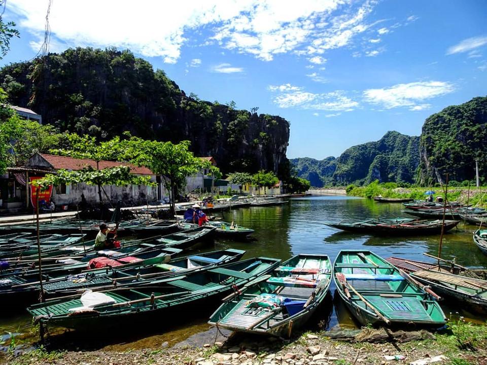Tuy nhiên, đường bộ chỉ là khoảng 1/4 cung đường khám phá. Để tham quan những vựa lúa chín đẹp nhất cùng những danh thắng của Tam Cốc, chỉ có một con đường duy nhất là đi thuyền. Xuống bến thuyền Tam Cốc, bạn xuôi theo dòng sông Ngô Đồng và bắt đầu hành trình thưởng ngoạn. Ảnh: @x_niiiiiiikita.