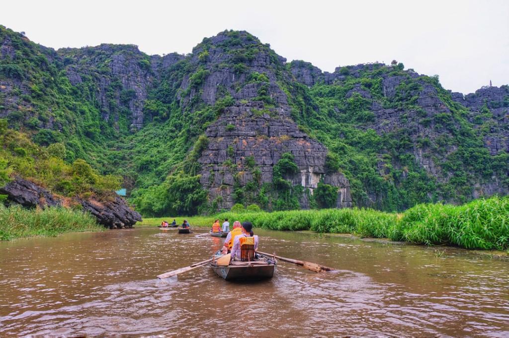 Những chuyến đò lướt nhẹ trên mặt sông Ngô Đồng, đưa du khách tham quan những danh thắng nơi đây.