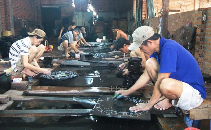Từ giữa thế kỷ 18, nhiều thợ sơn mài từ vùng đất miền Trung trong quá trình di dân đã mang theo nghề vào đất Đồng Nai, Gia Định, trong đó có Tương Bình Hiệp, TP Thủ Dầu Một, tỉnh Bình Dương.