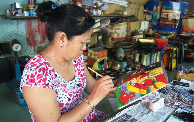 Sản phẩm sơn mài tại đây có nhiều thể loại như: sơn lộng, sơn mài vẽ lặn, vẽ phẳng, vẽ nổi, thếp vàng bạc, sơn mài cẩn ốc, cẩn trứng và sơn khắc. Riêng loại truyền thống làm sơn mài Tương Bình Hiệp là một hỗn hợp sơn Nam Vang và sơn Phú Thọ được pha chế riêng khác với các vùng trong nước.
