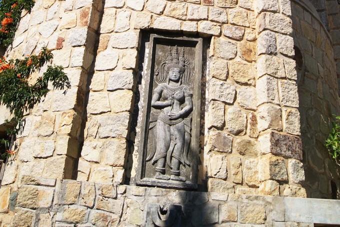 Khi trùng tu, người ta phát hiện nhiều bức phù điêu chạm trổ tinh xảo được trang trí ở các bức tường. Đặc biệt là bức phù điêu cô gái Chăm cao khoảng 1,5m, đầu đội mũ vàng hình 3 ngọn tháp Chăm, chân quấn 3 vòng vàng còn nguyên vẹn, được đắp nổi ở phần tường vòm và gần cửa chính. Đây được coi là điều bí ẩn của biệt thự Phi Ánh về sự hòa trộn giữa một chi tiết trang trí mang đặc trưng văn hóa Á Đông trong một ngôi nhà mang kiến trúc phương Tây.