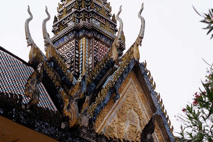 Cấu trúc mái theo nhiều tầng lớp chồng lên nhau cùng với đỉnh nhọn như một chóp tháp là kiến trúc đặc trưng của ngôi chùa này.