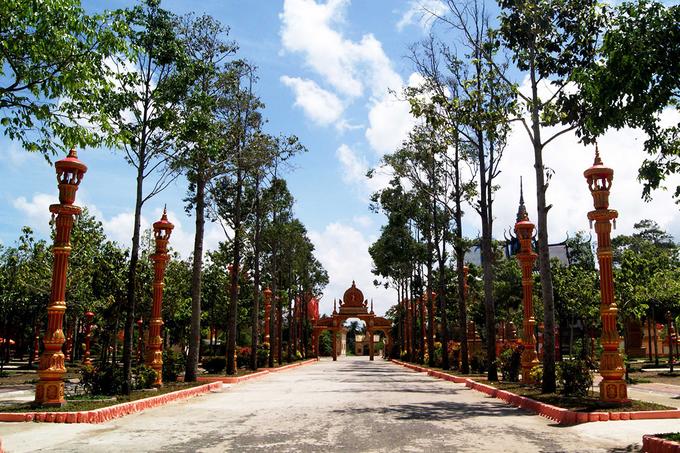 Ấn tượng đầu tiên với du khách khi tới chùa là cổng được mô phỏng kiến trúc Angkor, phía trên có tượng rắn nhiều đầu, hình ảnh những thiếu nữ nhảy múa. Ngoài ra, bao quanh chùa là bức tường rào chạm nhiều hoa văn rực rỡ.