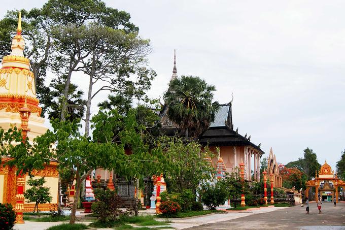 Khuôn viên chùa Xiêm Cán rất rộng với những cây sao, cây dầu cao vút, xếp thẳng hàng và tỏa bóng mát rượi. Du khách dễ dàng cảm nhận được không gian trang nghiêm và thanh bình của một ngôi chùa cổ hơn trăm năm.