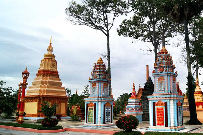 Xung quanh chánh điện là các tháp để cốt của người quá cố. Đây là đặc trưng để nhận ra các ngôi chùa Khmer từ bên ngoài khi các ngọn tháp nhọn xếp xen kẽ với nhau.