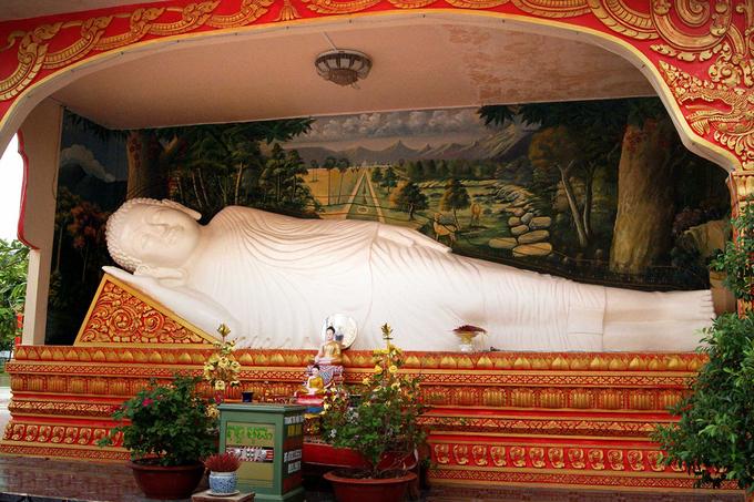 Tượng Phật Niết Bàn trong khuôn viên chùa Xiêm Cán.