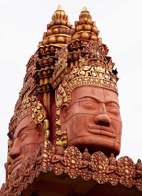 Hầu hết các bức tượng, chi tiết trang trí đều được phủ một màu vàng đất, mang đậm sắc thái Khmer.