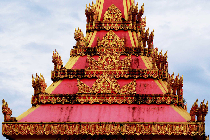Đối diện ngôi chính điện là cột trụ biểu với hình tượng của rắn 5 đầu, dùng để thắp nến vào những ngày lễ. Hình ảnh này ngụ ý giáo lý Phật pháp soi sáng cho nhân loại, giúp mọi người sống hướng thiện như chính loài rắn đã được thuần phục.