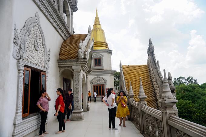 Do có đỉnh tháp sơn vàng và cấu trúc của tòa tháp giống với một số ngôi chùa ở Thái Lan nên nhiều người quen gọi chùa Bửu Long là chùa Thái Lan. Chùa thường xuyên đông khách tham quan, chụp hình nhất là dịp cuối tuần.