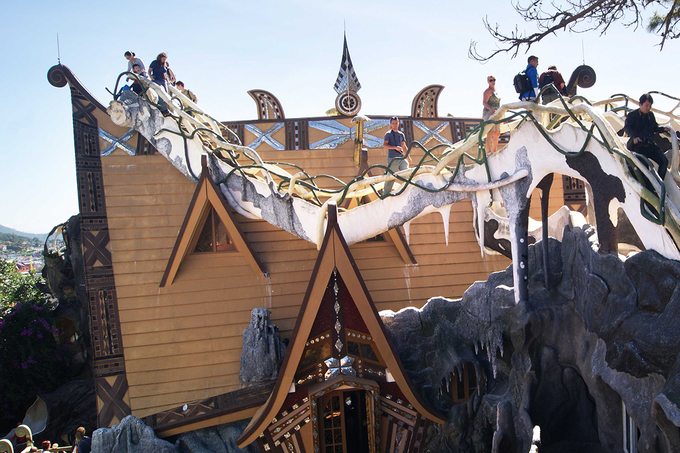 Nơi đây khiến du khách có cảm giác như đến thăm xứ sở thần tiên của Alice với các ô cửa sổ lồi lõm; khu vườn có tấm mạng nhện khổng lồ bằng sắt ở ngay lối vào.