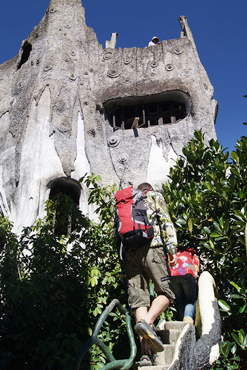 Để lên được tầng cao nhất của ngôi nhà, bạn phải đi qua nhiều bậc thang dốc. Từ mái nhà, bạn có thể phóng tầm mắt ra đỉnh Lang Biang huyền thoại.