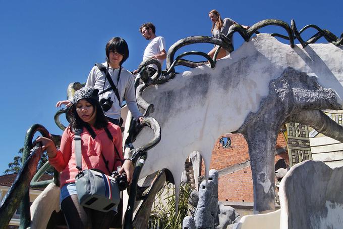 Công trình được giới thiệu nhiều trên báo nước ngoài nên thu hút đông khách du lịch quốc tế.