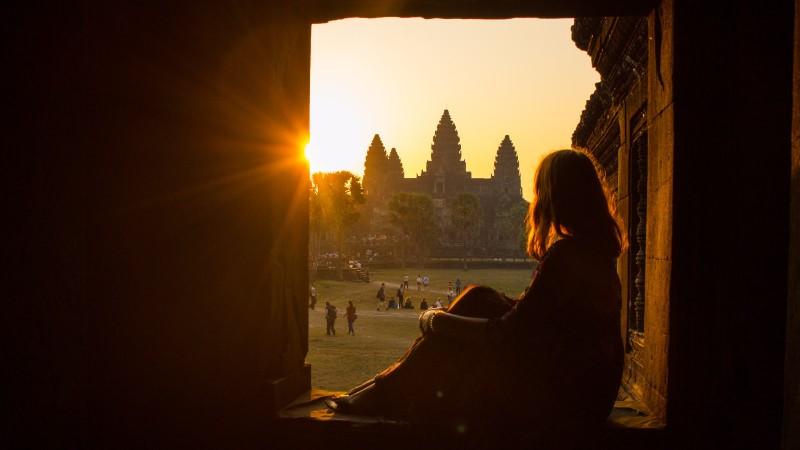Ngắm bình minh ở Angkor Wat: Chiêm ngưỡng những vệt sáng màu cam vàng rực rỡ đổ bóng xuống những ngọn tháp cổ Angkor Wat là một trải nghiệm đầy ấn tượng, khiến du khách phải say mê. Ảnh: Geckosadventures.com.
