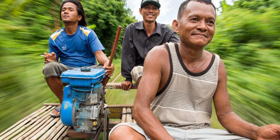 """""""Tàu lửa tre"""" này được hỗ trợ bởi một động cơ nhỏ, không giống như bất kỳ tuyến đường sắt nào khác bạn từng đi. Với tốc độ có thể đạt tới 30 km/h, đây không chỉ là một trải nghiệm thú vị, mà còn cho bạn cơ hội ngắm nhìn khung cảnh nông thôn Campuchia. Ảnh: Bbc.com."""