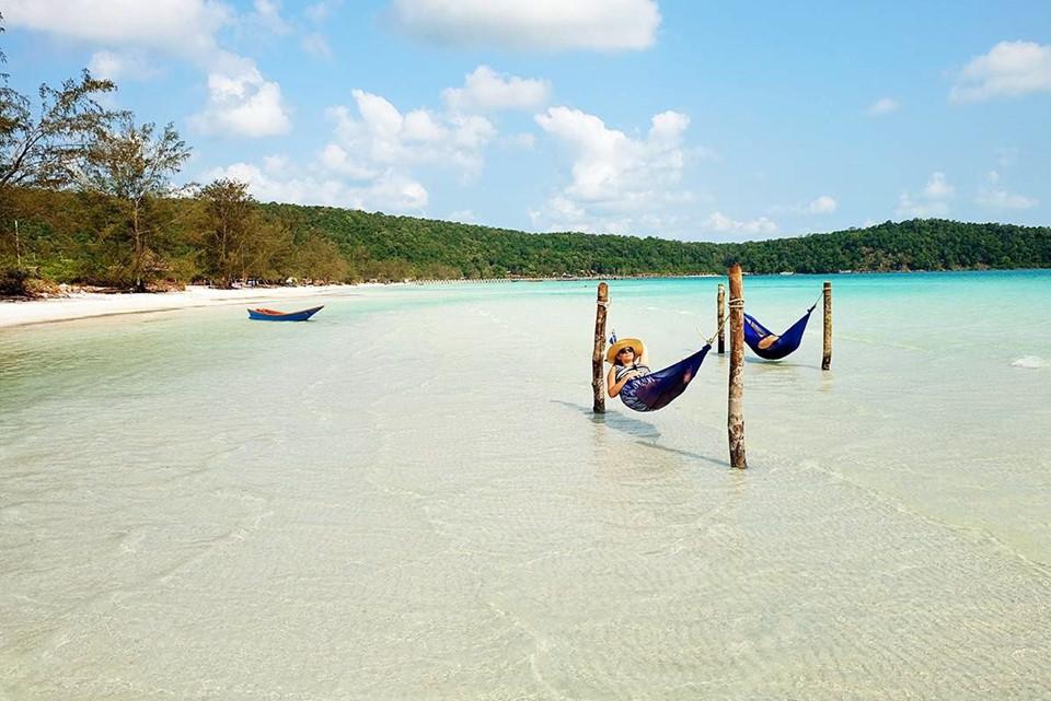 """""""Sống chậm"""" trên đảo Koh Rong: Campuchia còn có một thiên đường biển đảo là Koh Rong. Bạn có thể khám phá các vịnh nhỏ kín đáo, lặn biển ngắm những sinh vật đa dạng giữa rạn san hô, hay thưởng thức một ly cocktail tuyệt hảo trong một quán bar kiểu túp lều giữa trời đêm, hoặc ngắm nhìn mặt trời mọc trên những tán cọ lúc bình minh ở đây. Ảnh: Wanderluststorytellers.com."""