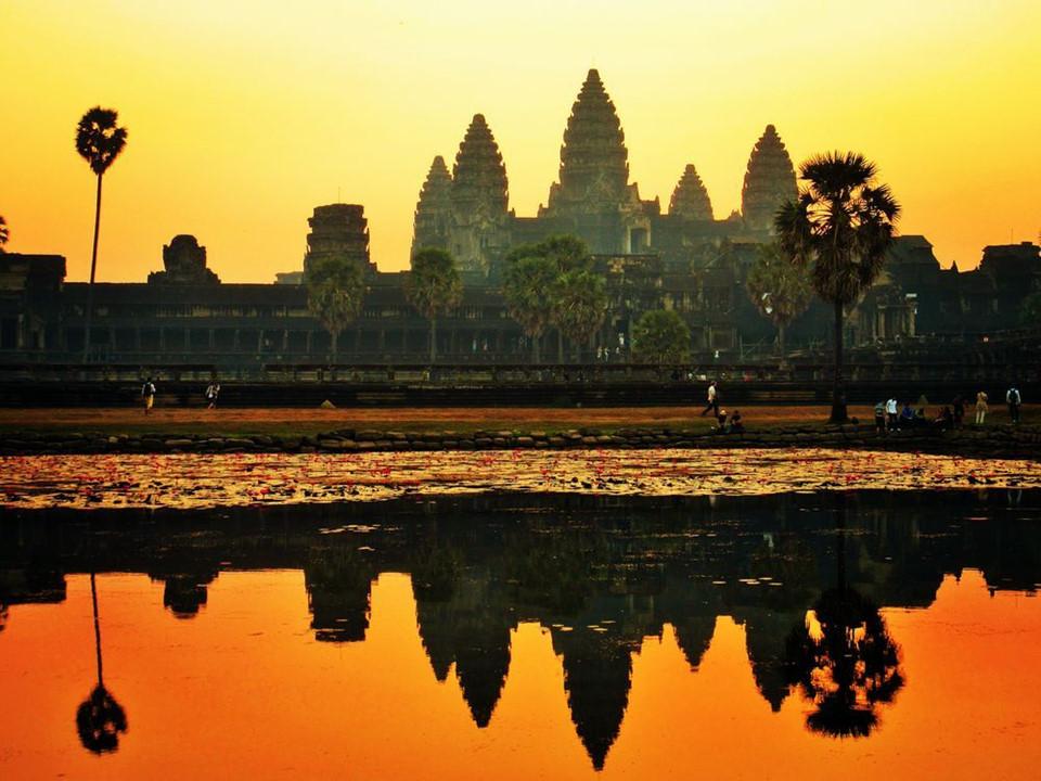 """Xây dựng vào thế kỷ 12, Angkor Wat được xem là phức hợp đền đài cổ xưa và lớn nhất thế giới. Ngày nay, nơi đây đã trở thành biểu tượng quốc gia, có mặt trên quốc kỳ Campuchia. Nếu có thời gian, bạn sẽ phải dành 3 ngày, thậm chí cả tuần để khám phá hết """"mê cung đá"""" rộng lớn này. Ảnh: Nationalgeographic.com."""