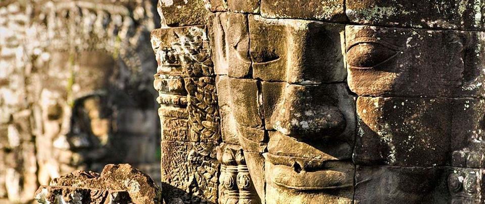 Khám phá các ngôi đền tráng lệ khác: Dĩ nhiên, Angkor Wat nên được ưu tiên trong hành trình, nhưng sẽ thật tiếc nuối nếu bạn bỏ lỡ những ngôi đền khác ở Campuchia. Không cần phải đi xa, bạn có thể khám phá công viên khảo cổ Angkor với nhiều di tích xưa bằng xe đạp hoặc đi bộ. Ảnh: Mtsobek.com.