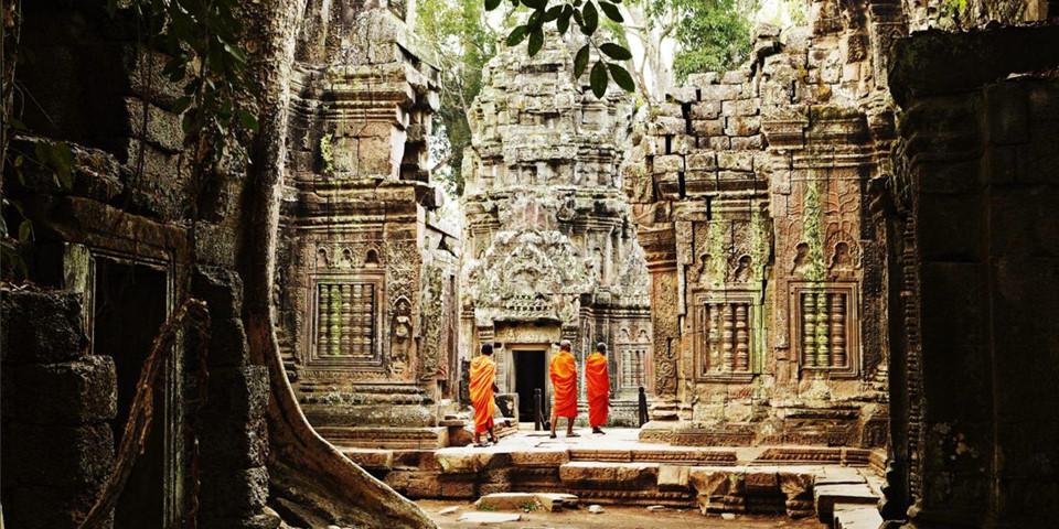 Bạn có thể chiêm ngưỡng Angkor Thom với loạt các công trình cổ xưa, bao gồm cả đền Bayon và những khuôn mặt đá nổi tiếng. Hoặc cũng có thể tham quan Ta Prohm với những rễ đa kỳ dị từng xuất hiện trên phim Tomb Raider. Xa hơn về phía Bắc Campuchia là ngôi đền Hindu Preah Vihear, nằm trên đỉnh vách đá 525 m ở dãy núi Dangrek. Ảnh: Bbc.com.
